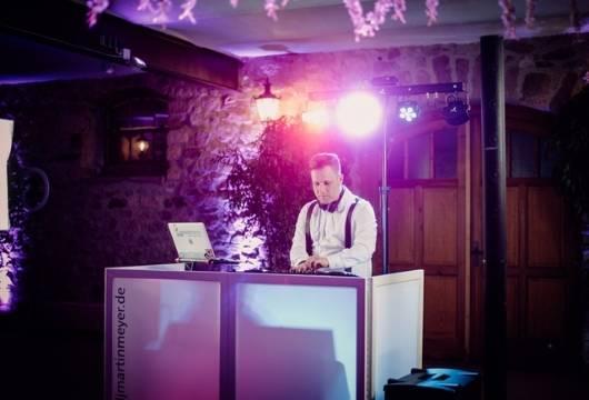 dj-martin-beim-dj-equipment-hochzeit
