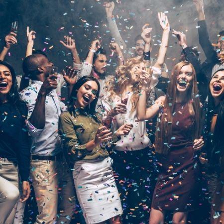 tanzende Party Gaeste auf der hochzeit