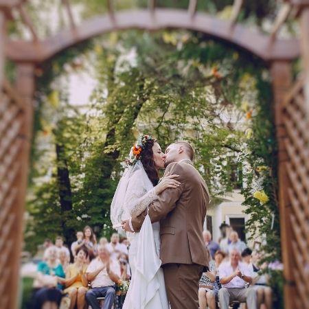 brautpaar küsst sich bei trauung